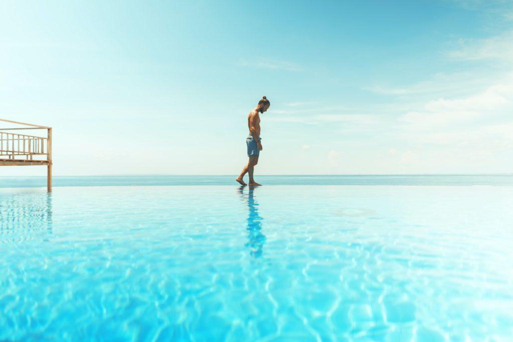 mann auf leitfähigem untergrund Scwimmbad
