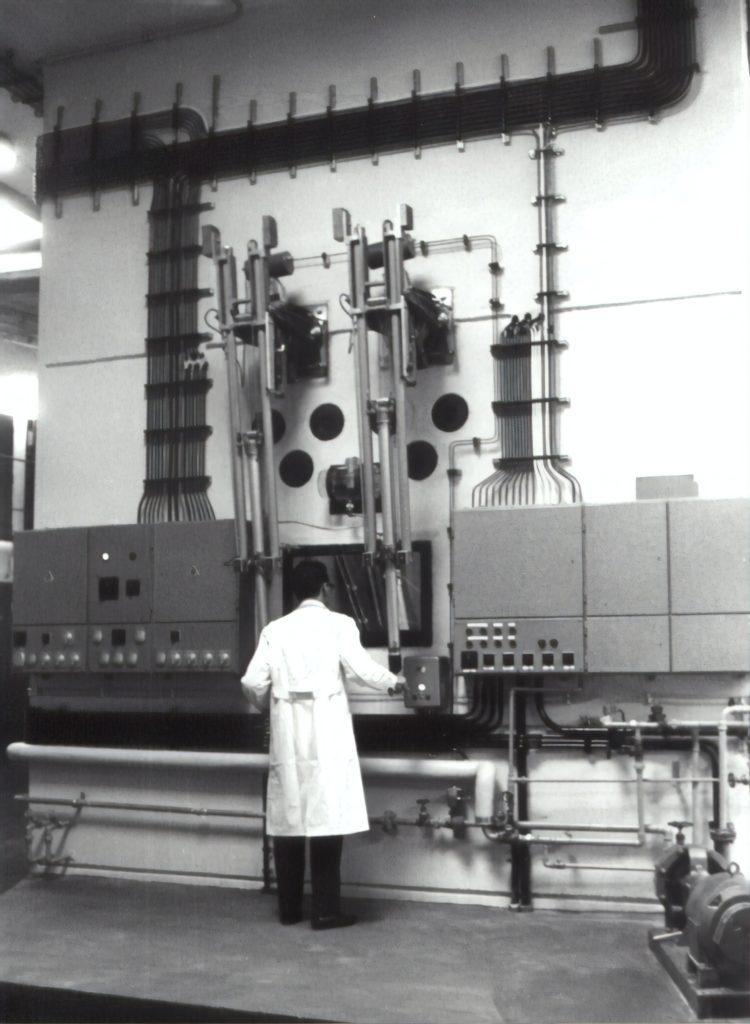 Wissenschaftler mit Hochleistungscomputer