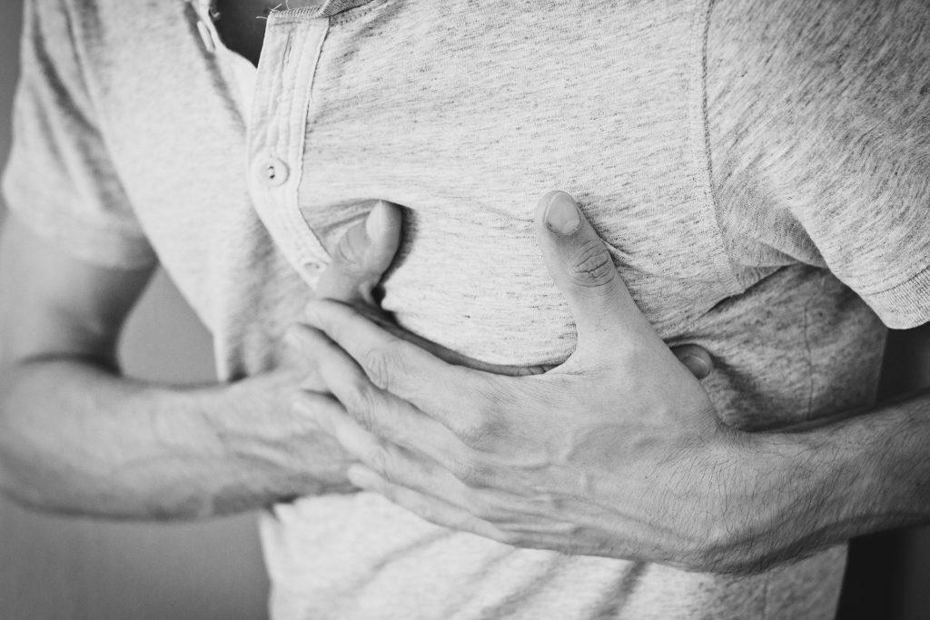 Mann mit Herzinfarkt